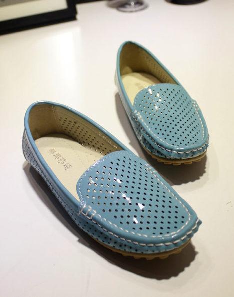可爱镂空的小鞋子 漆皮的看着很亮 不赖啊 很透气的 喜欢平底的小鞋子