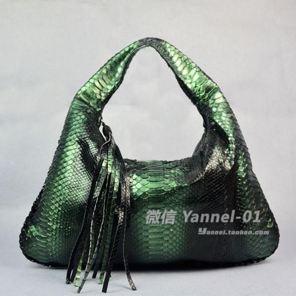 蟒蛇皮手提包搭配