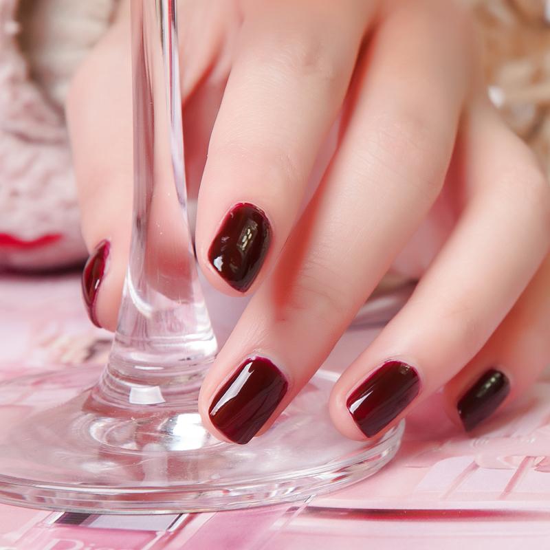 酱红色指甲油搭配图片