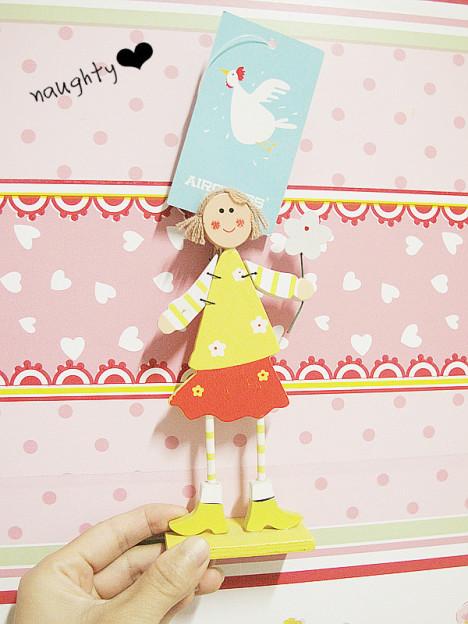 很可爱的娃娃,明亮的颜色叫人心情老好了~嘿嘿这个是便签夹啦,我买的