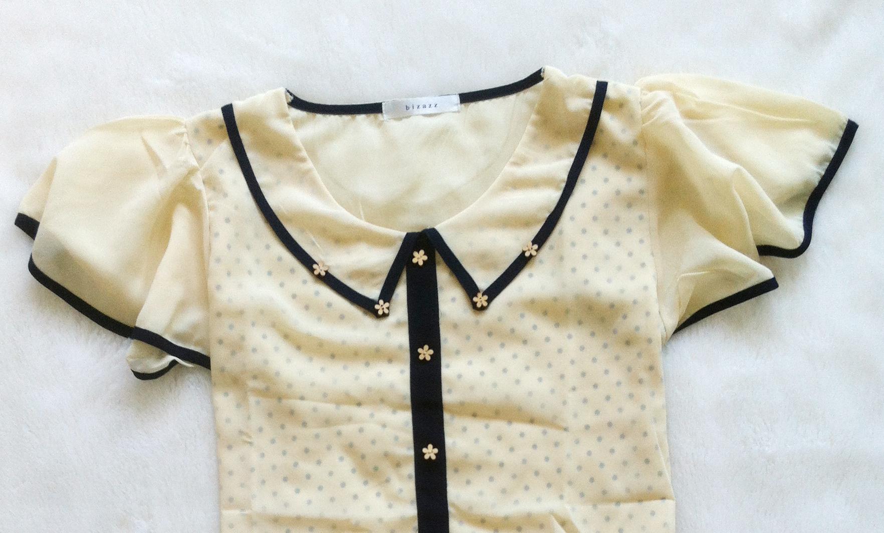很可爱的衣服,有爱的学院风娃娃领点缀了木质花朵纽扣