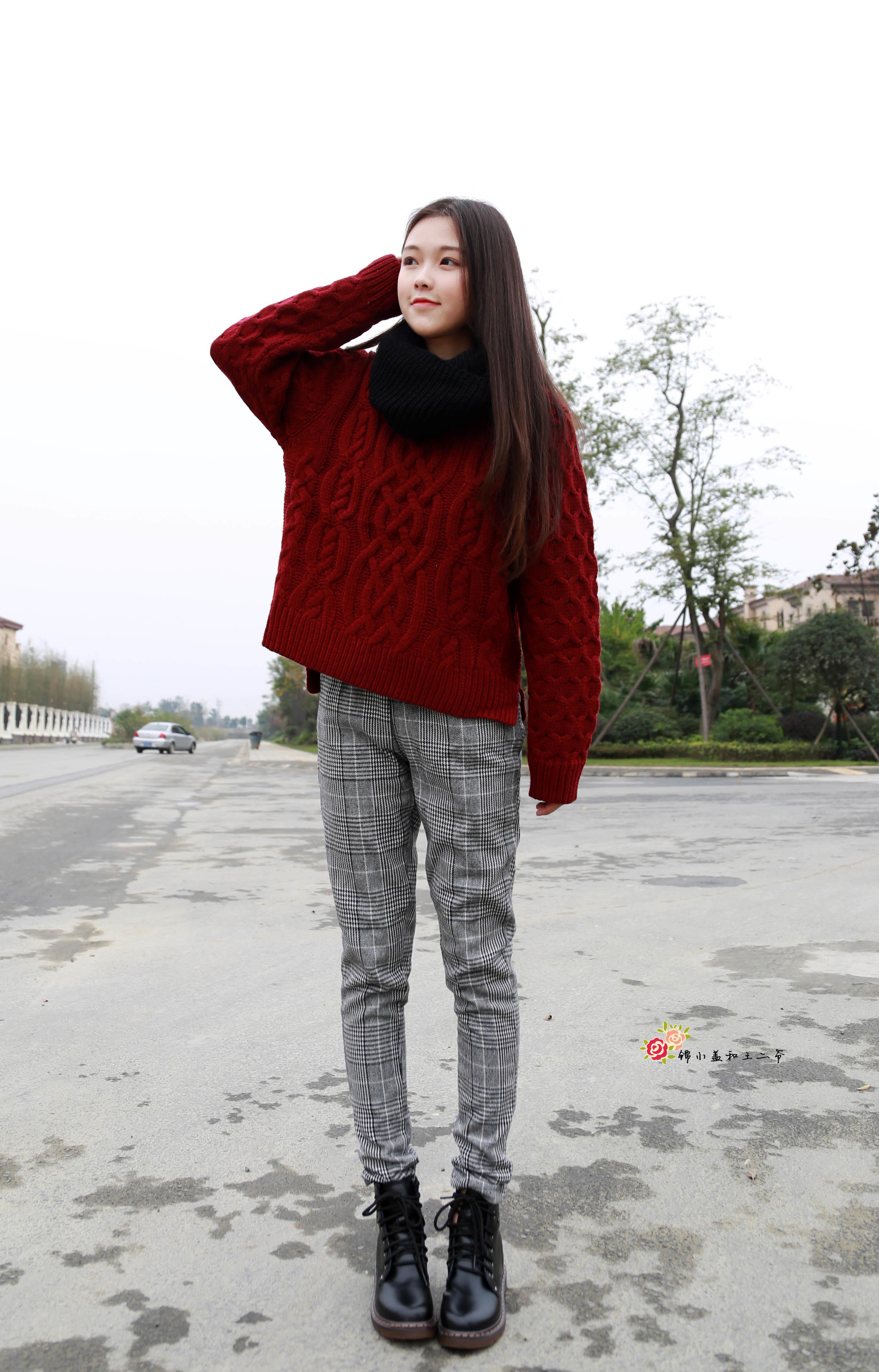 酒红色的毛衣搭配格子长裤