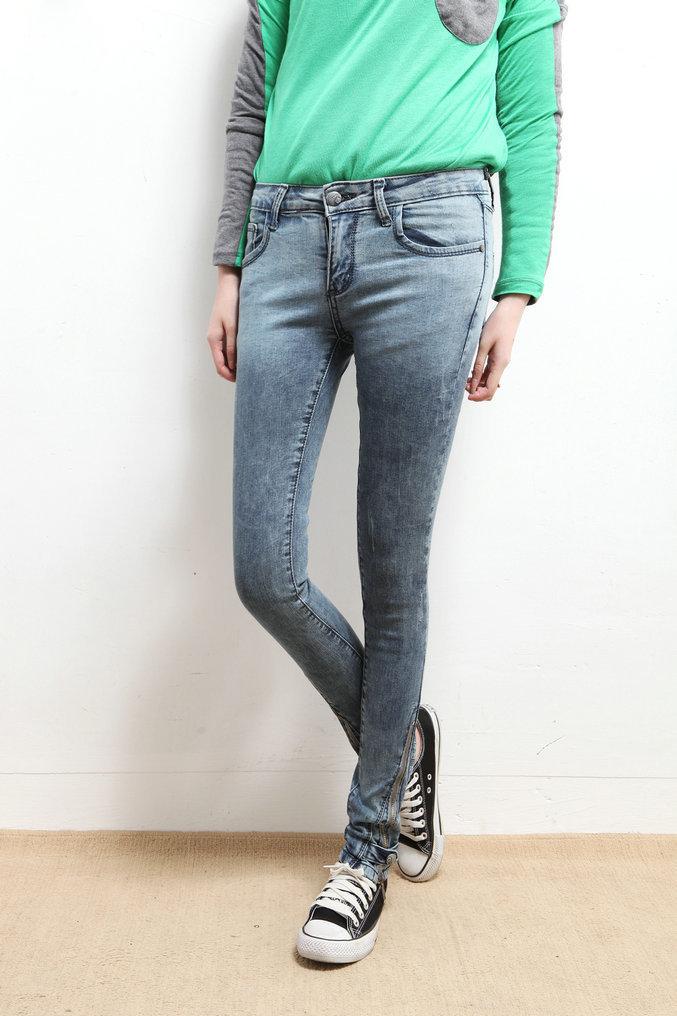 蓝色裤脚长拉链牛仔裤