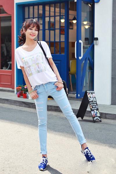 牛仔裤运动鞋搭配图片