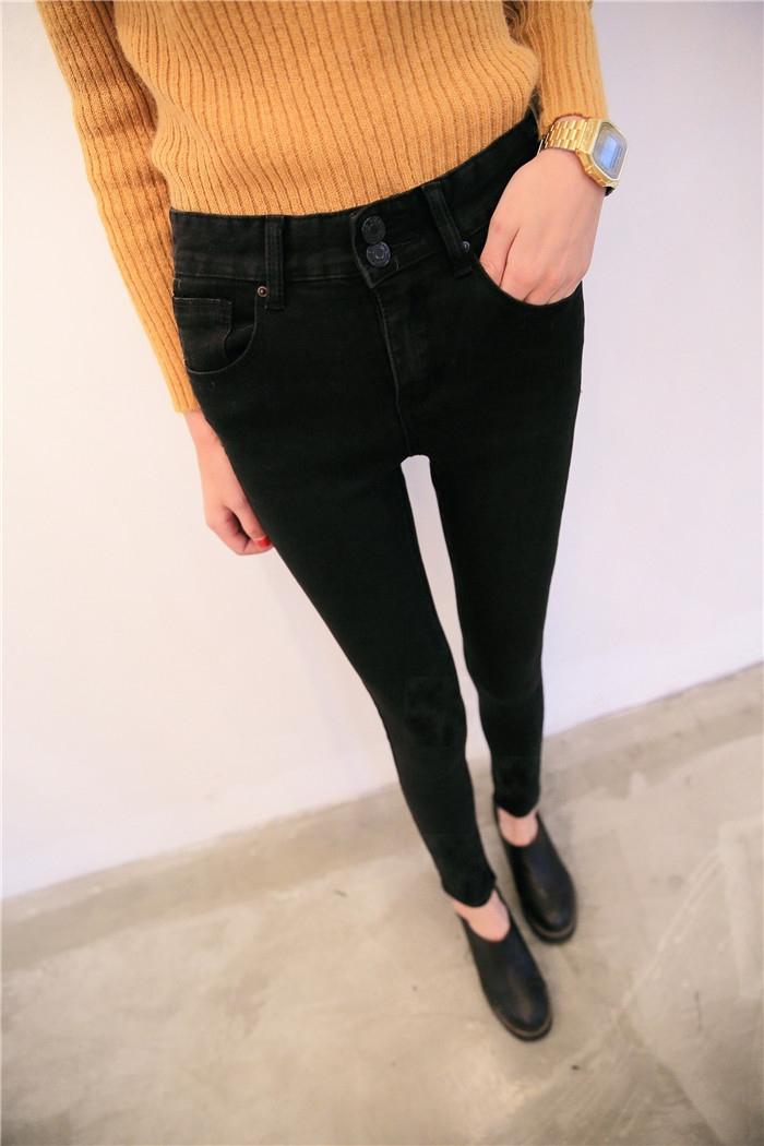 黑色的衣服和裤子配什么颜色的鞋子好看