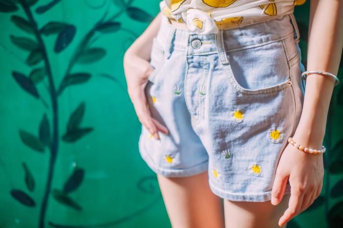 【小清新碎花刺绣牛仔短裤】-衣服-牛仔裤