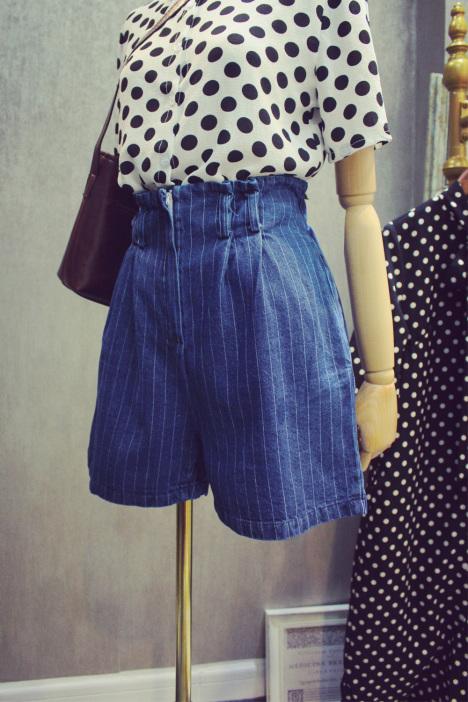 藏蓝色竖条纹阔腿裤搭配上衣图片