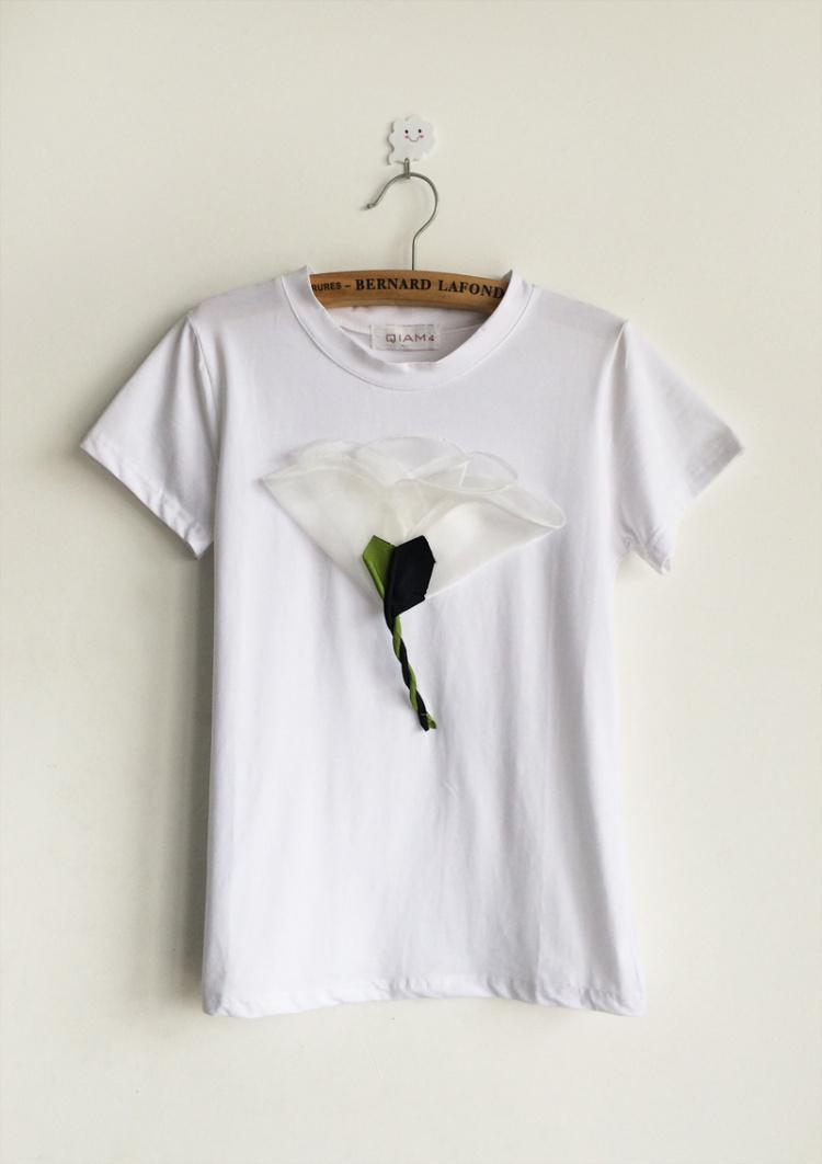 纯手工立体欧根纱花朵图案,点缀着简约的纯色棉t恤,好似一朵纯净的