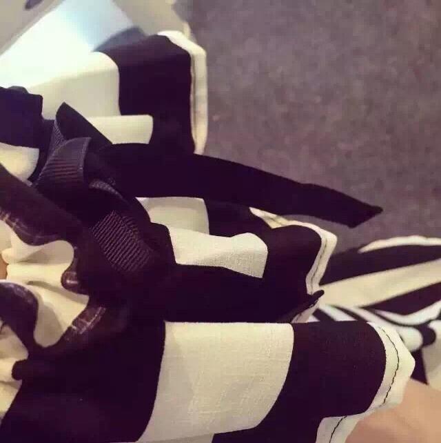 黑白喇叭袖连衣裙/ a字英伦风下摆,条纹百搭黑色非常显瘦,独特肩部抽