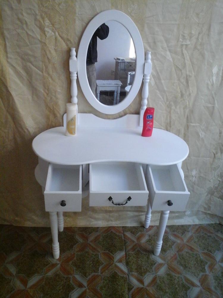 梳妆台各部件均用锣丝组装