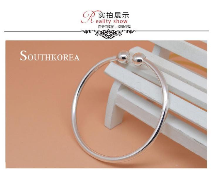 设计师以简约理念设计这款以正圆形态的简约手环银镯 适合所有女性