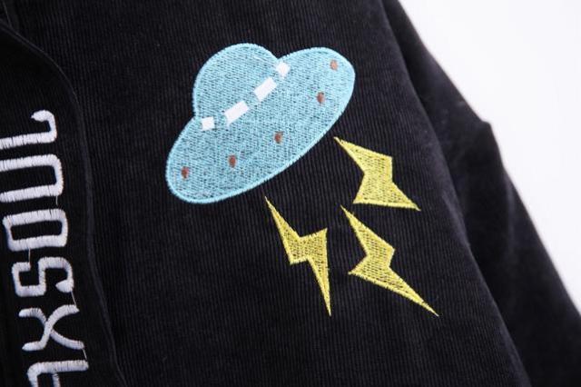 商品描述 宽松蝙蝠版型,原宿风,衣身上飞船闪电星星刺绣,超级可爱.