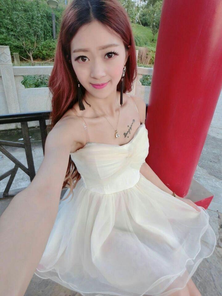 露肩公主袖连衣裙